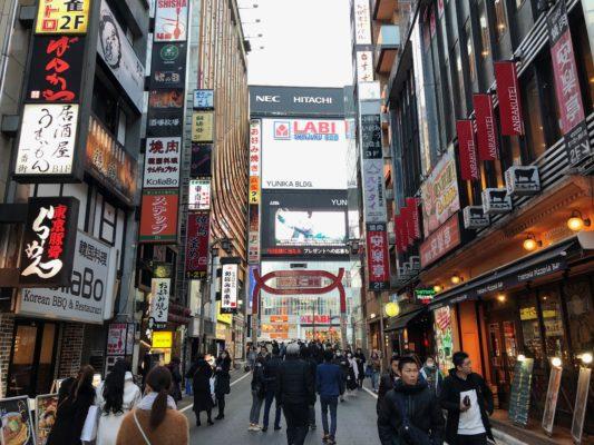 歌舞伎町入ったところ